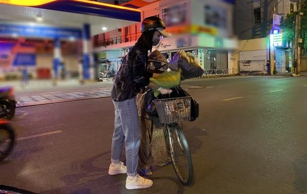 hoa hậu Tiểu Vy đi khắp Sài Gòn phát gạo cho bà con