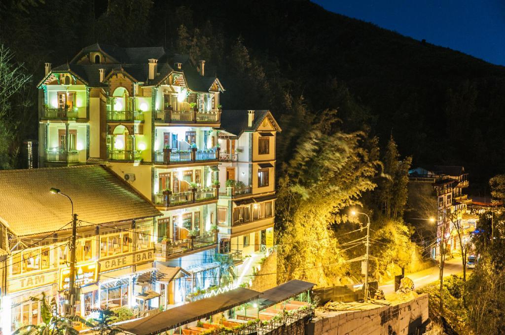 Xung quanh thị trấn Sapa có rất nhiều phòng khách sạn giá cả rất bình dân, dao động từ 350 – 600 nghìn đồng/ đêm.