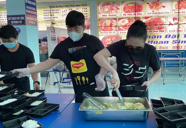 Quang Lê nấu cơm từ thiện