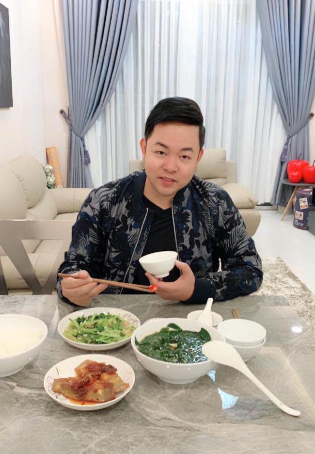 Quang Lê ăn cơm giản dị