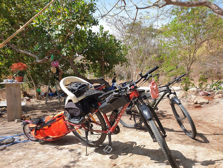 gia đình đạp xe sống kiểu du mục