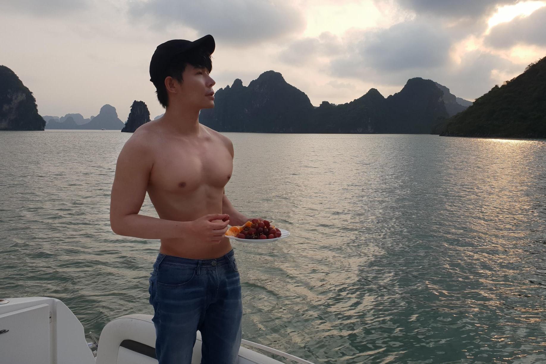 Nathan Lee đi du lịch khoe body 6 múi cực phẩm