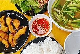 """Hội mê ẩm thực Hà Thành khó tính đến mấy cũng phải gật gù trước 5 quán bún cá chấm """"ngon nuốt lưỡi"""" này"""