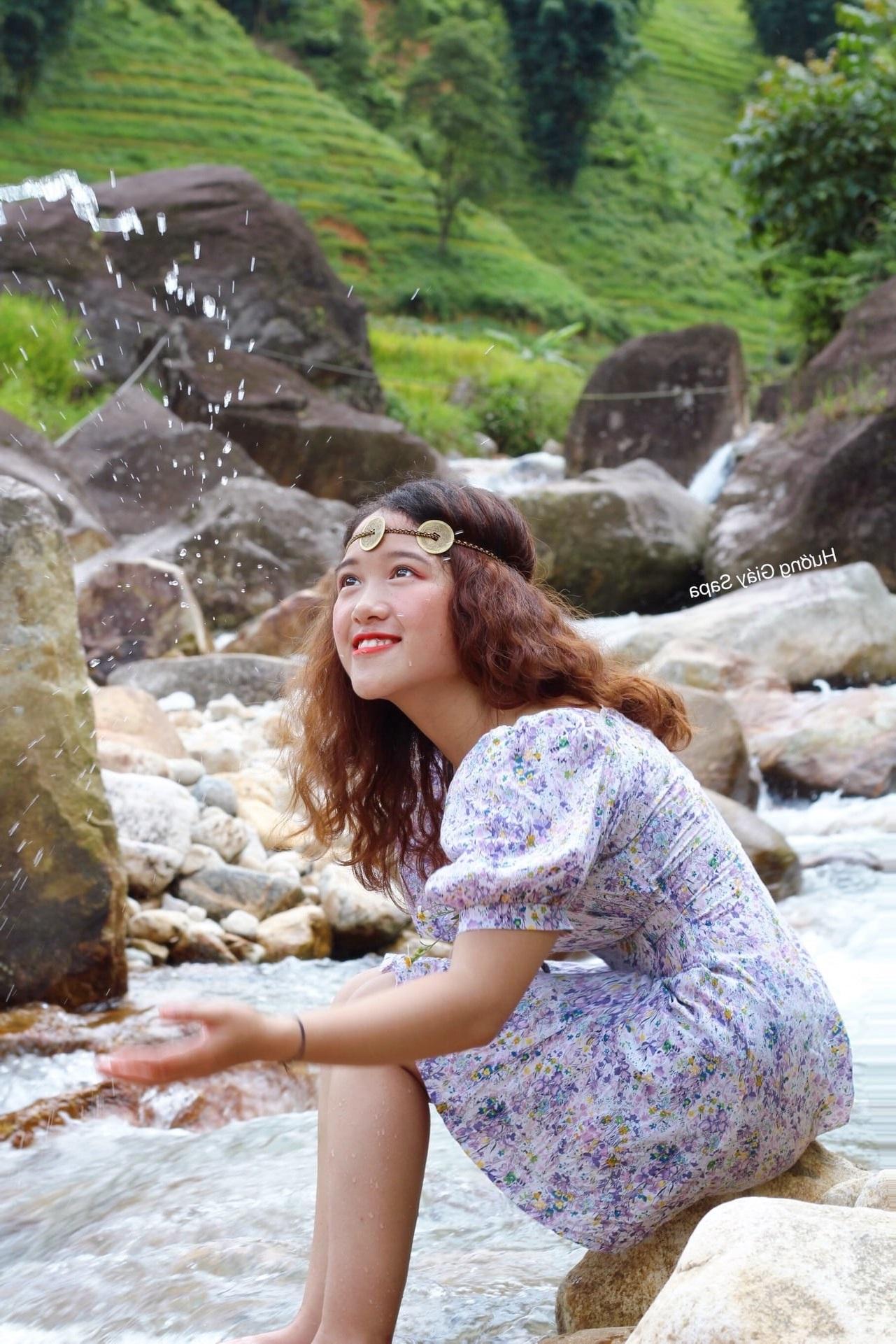 cô sinh viên người Giáy làm vlog giới thiệu du lịch quê nhà