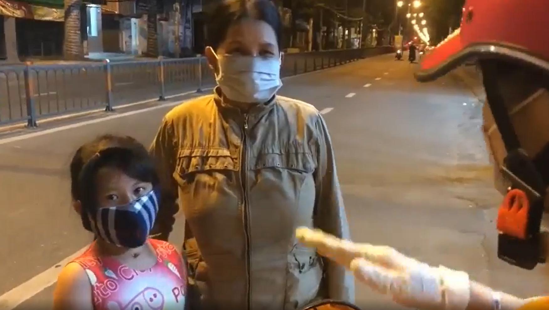 cô gái làm từ thiện nhưng lại mắng chửi hai mẹ con nghèo