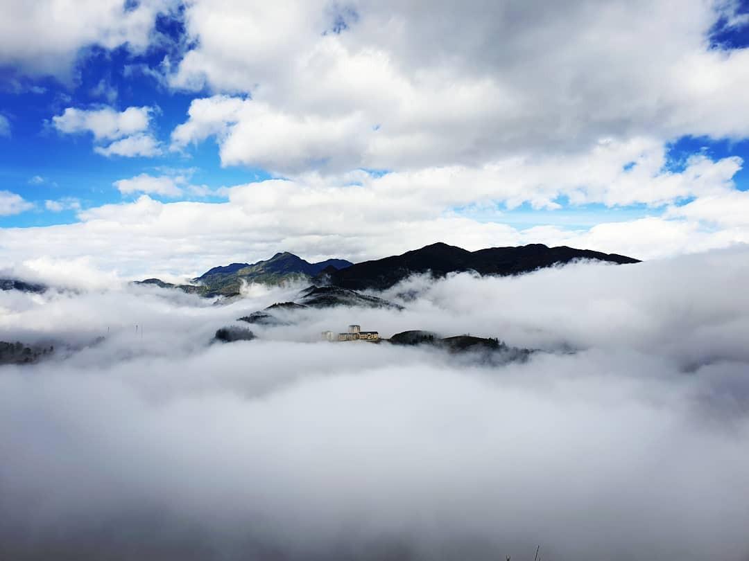 Điểm săn mây trên dãy Hoàng Liên Sơn vào một ngày tháng 8