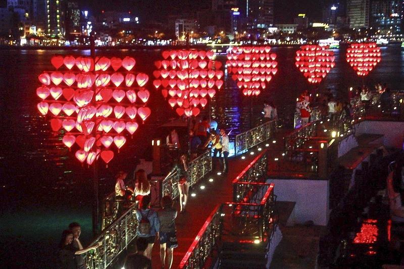 Tại Cầu Tình Yêu mỗi tối lại thu hút một lượng lớn du khách đến tham quan, check in