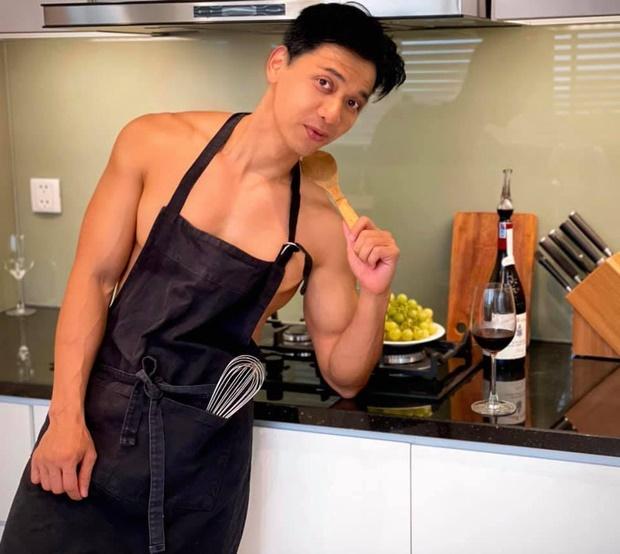 chủ tịch ngân hàng ACB thả thính khi nấu ăn ở nhà