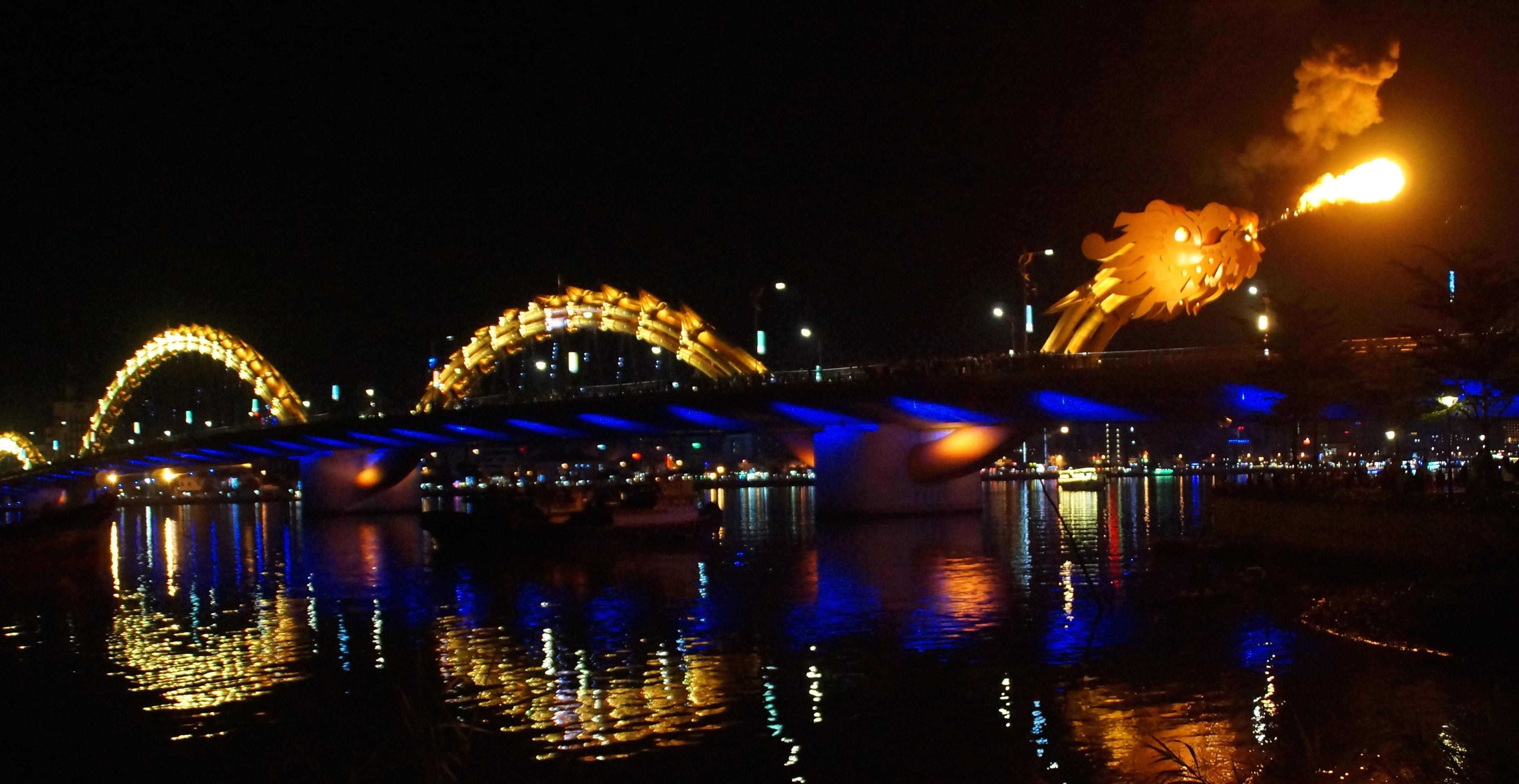 Cầu Rồng sẽ phun lửa và nước vào 21h các ngày thứ 7 và chủ nhật, du khách đến đây thì đừng bỏ lỡ cơ hội thưởng thức nhé.