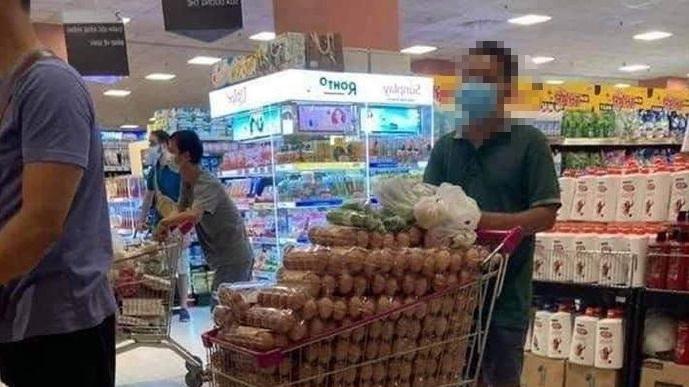 người đàn ông mua hàng chục khay trứng trong siêu thị