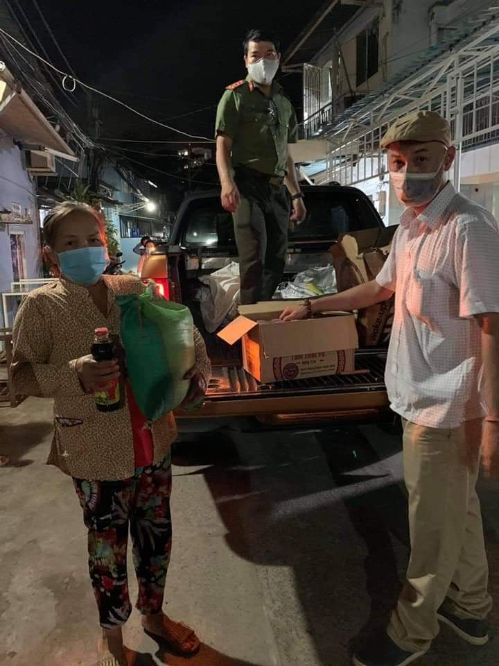 Thủy Tiên phát gạo, mì cho bà con Sài Gòn