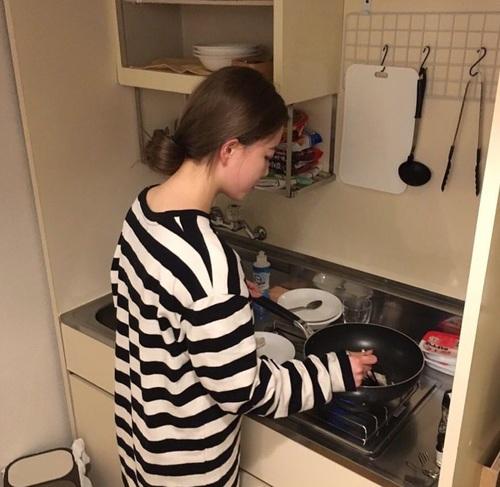 cô gái nấu cơm mùa dịch cho người yêu không chịu đổi món