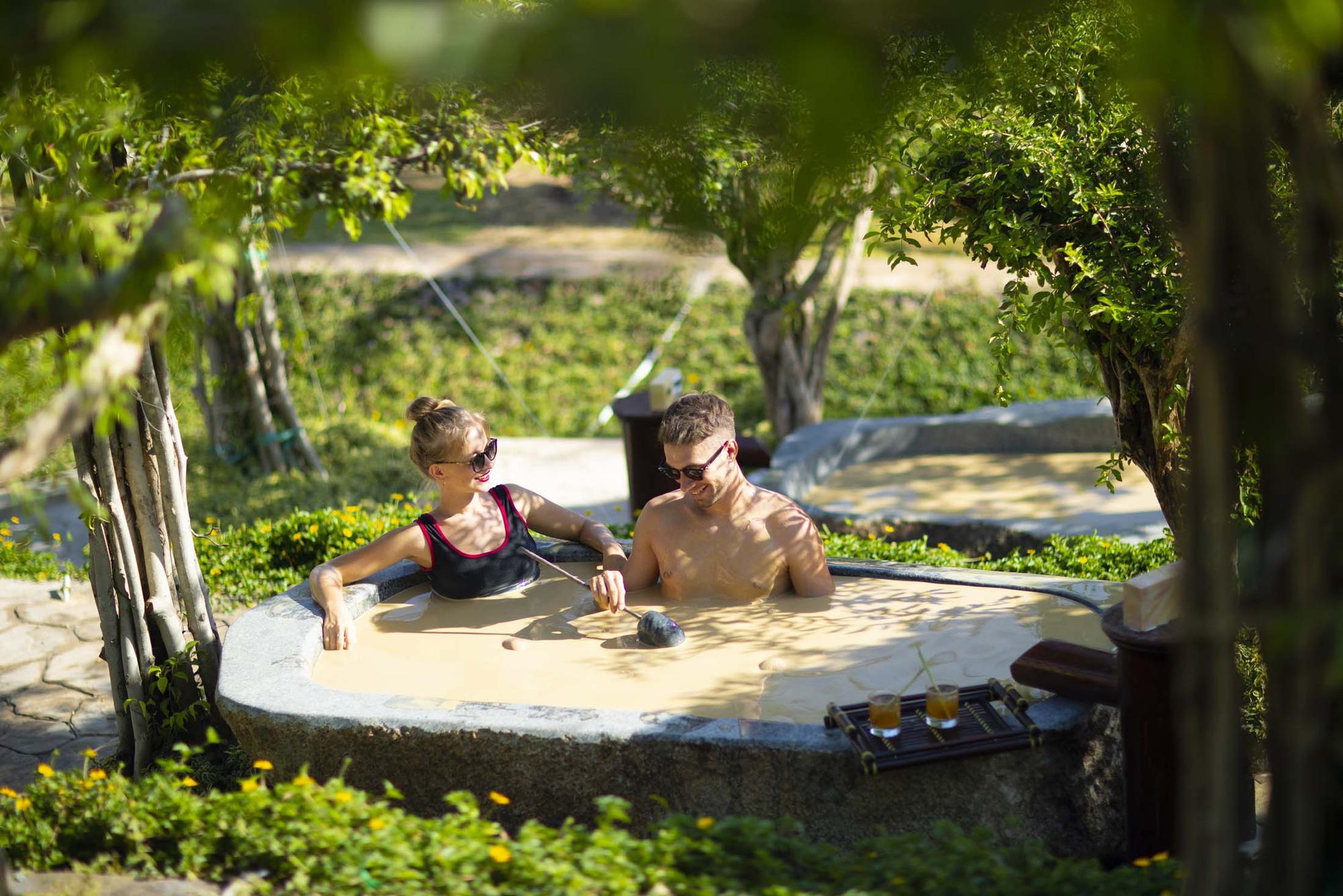 trải nghiệm cảm giác tắm bùn khoáng nóng tại Iresort