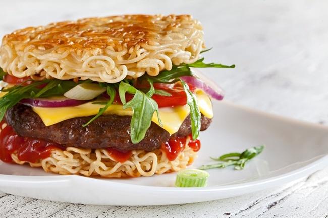 Hamburger mì gói phô mai món ăn vặt từ mì tôm