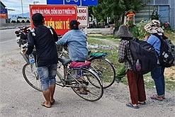 4 mẹ con đạp xe từ Đồng Nai về Nghệ An, cám ơn vì được giúp đỡ cho đi tàu, không nhận thêm tiền để dành cho những người khác