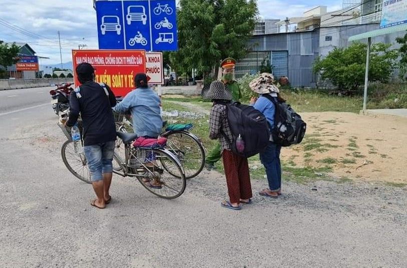4 mẹ con đạp xe về quê được nhiều người giúp đỡ