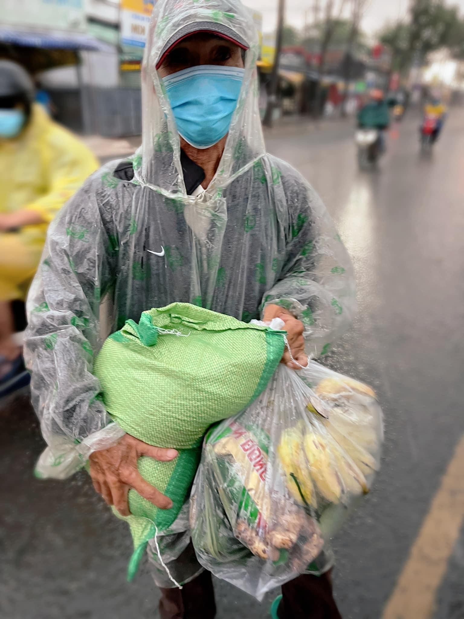 MC Đại Nghĩa vượt mưa tặng gạo và rau cho người bán vé số