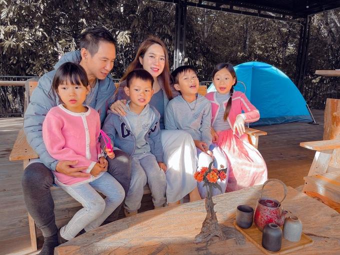 Lý Hải Minh Hà dạy con làm muối vừng ở nông trại Đà Lạt