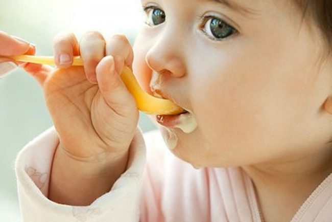 bé ăn sữa chua