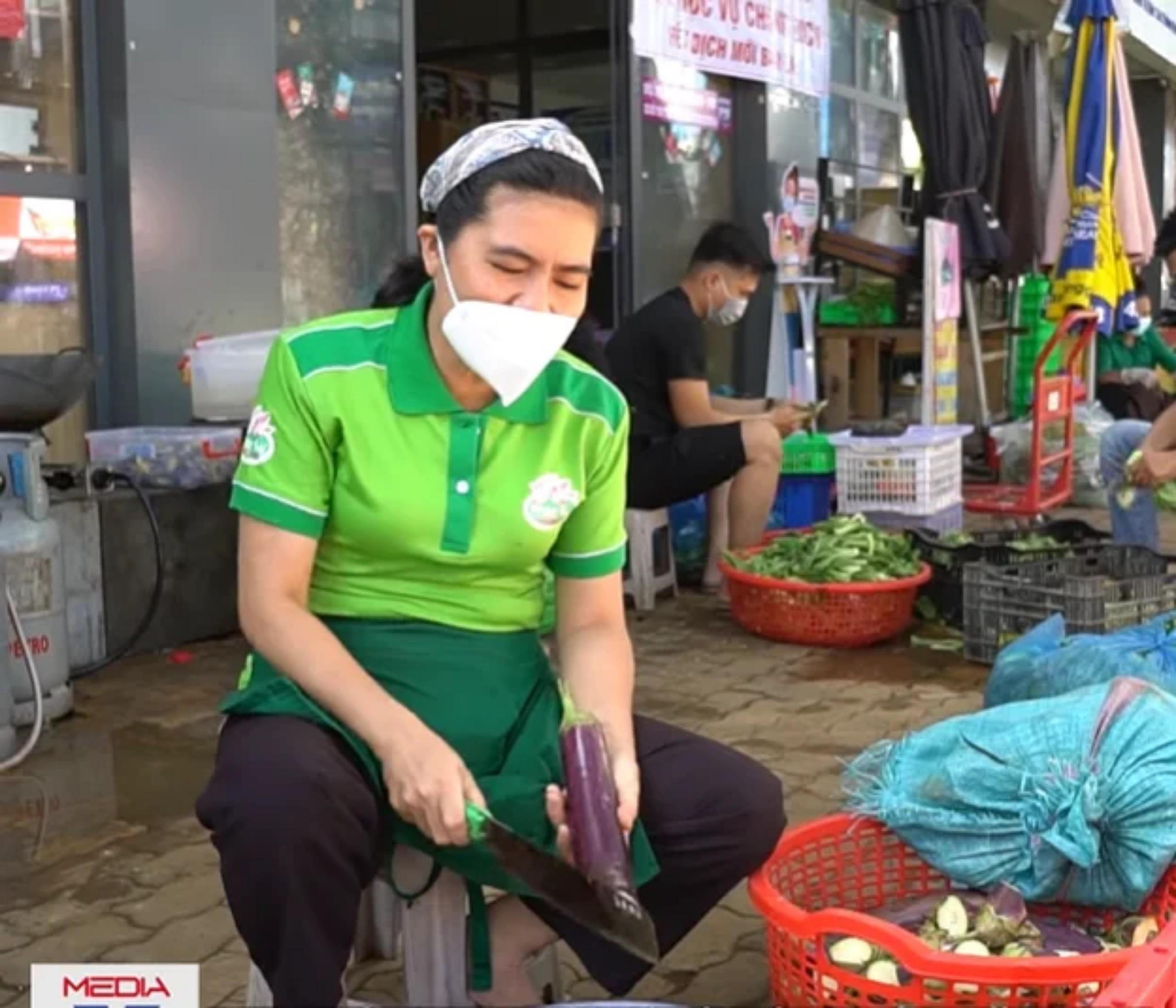 người phụ nữ làm chợ rau miễn phí lớn nhất Sài Gòn