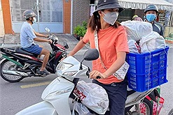 """Hôm qua mới đi từng nhà lấy mẫu xét nghiệm, hôm nay hoa hậu H'Hen Niê lại """"đổi nghề"""" làm shipper giúp bà con"""