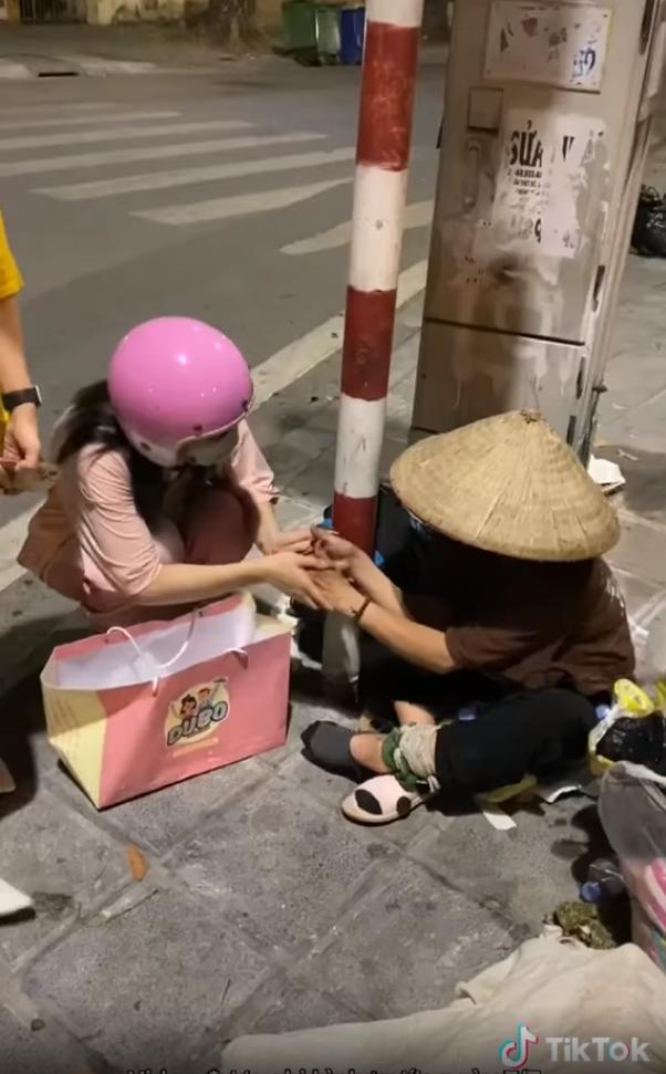 Lê Bống làm từ thiện vẫn bị netizens cằn nhằn