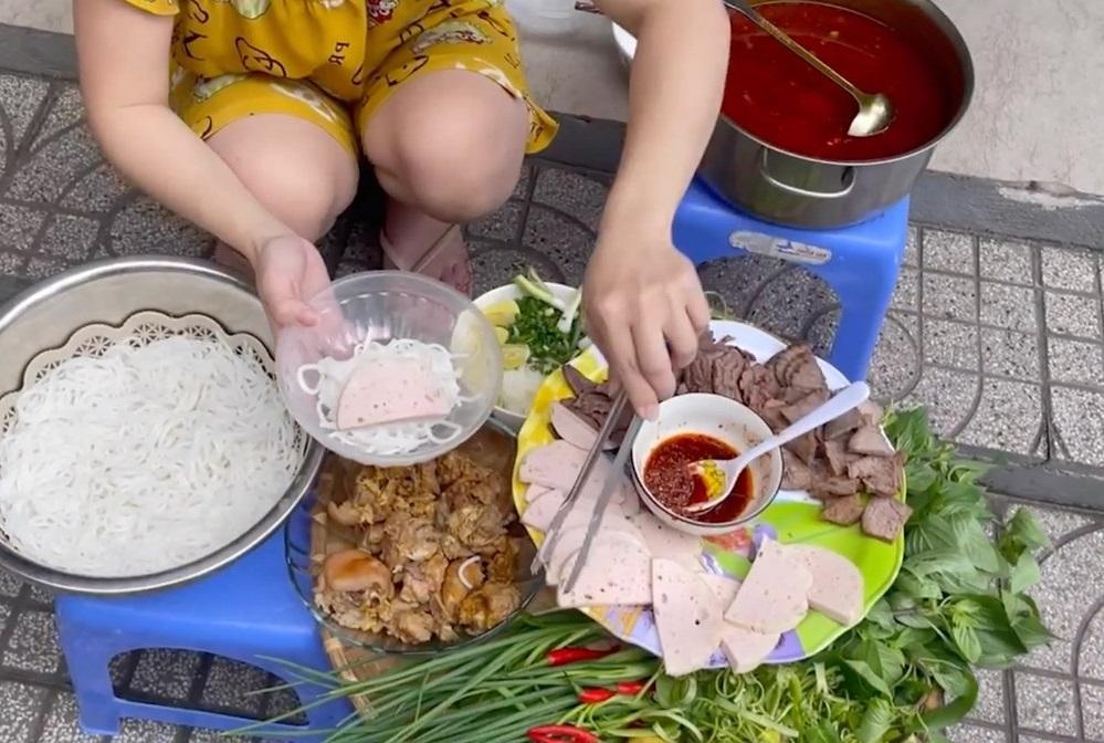 Lê Dương Bảo Lâm bị chỉ trích vì ăn ngon giữa mùa dịch