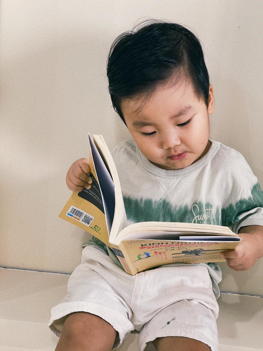 Nhóc tì mẹ Hòa rất thích và chăm đọc sách