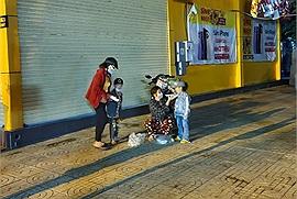 Bị lực lượng chức năng phát hiện ra ngoài sau 18h, nhưng 4 mẹ con không bị phạt mà còn được giúp đưa về tận nhà