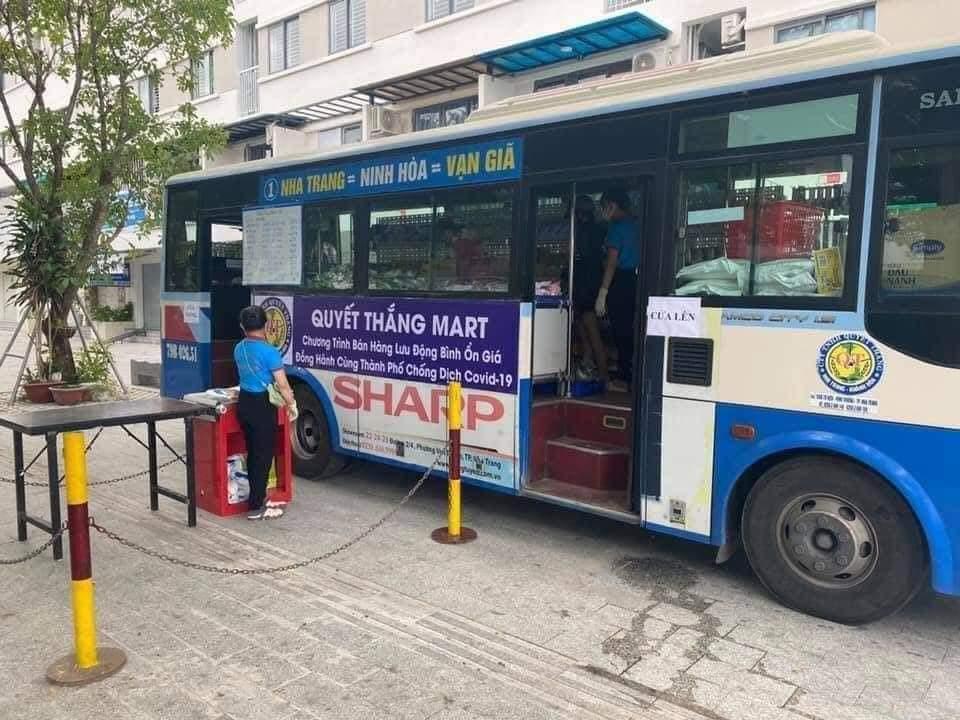 những chiếc xe bus chở đầy hàng hóa mùa dịch