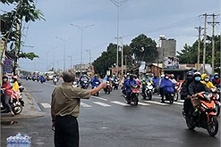 Người đàn ông Bình Phước trao nước tận tay cho đoàn xe máy hồi hương nghìn cây số