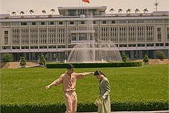 Xem xong bộ ảnh đậm chất điện ảnh của chàng trai này chỉ muốn đi ngay Dinh Độc Lập khi Sài Gòn khỏe lại