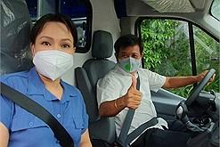 Việt Hương bàn giao xe cứu thương 2,5 tỷ vận chuyển từ Mỹ cho ông Đoàn Ngọc Hải, mong cứu được nhiều người hơn