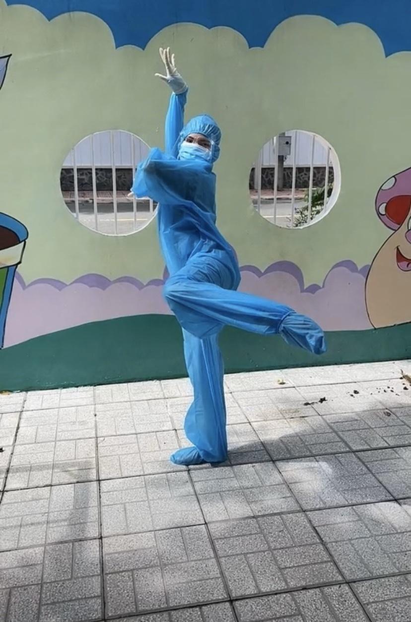 cô gái tình nguyện viên gây bão vì điệu múa cổ trang