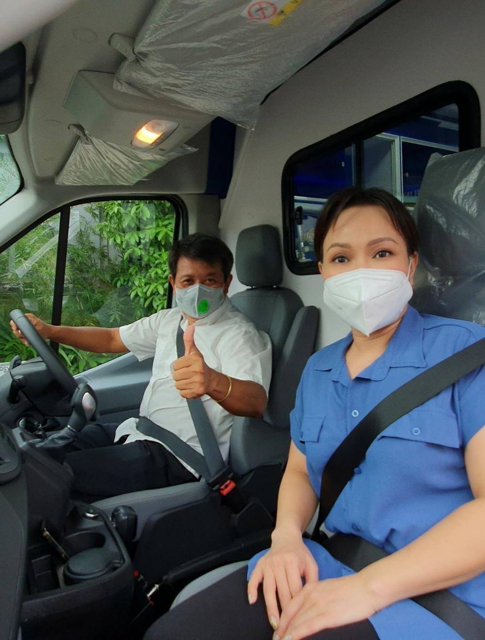 Việt Hương tặng ông Đoàn Ngọc Hải xe cứu thương 1,7 tỷ
