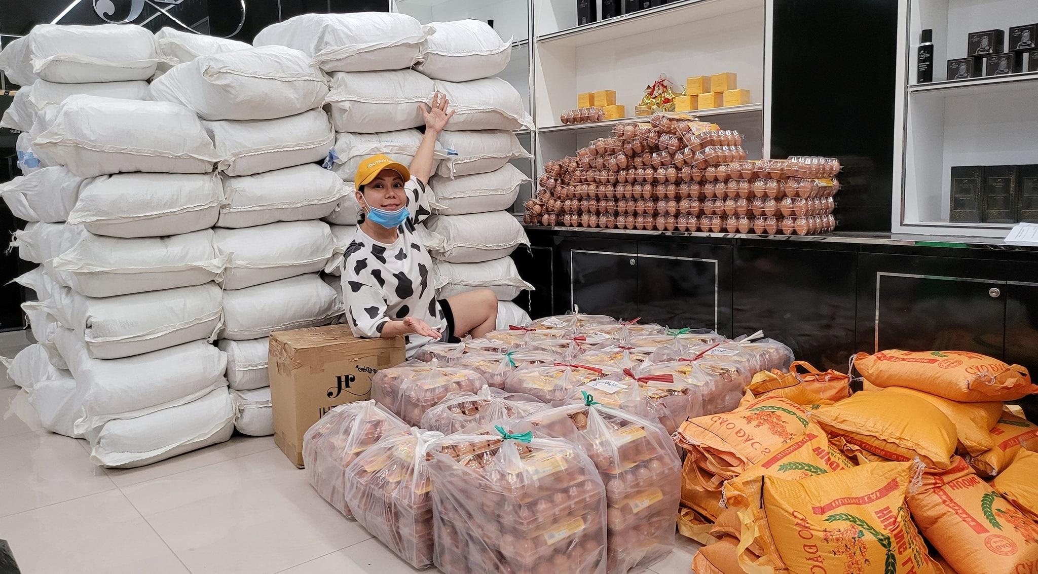 Nhà của Việt Hương là kho chứa nhu yếu phẩm mang đi từ thiện