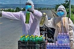 Vợ chồng người Phú Yên bán nhẫn mua xăng tặng miễn phí cho đoàn người về quê tránh dịch