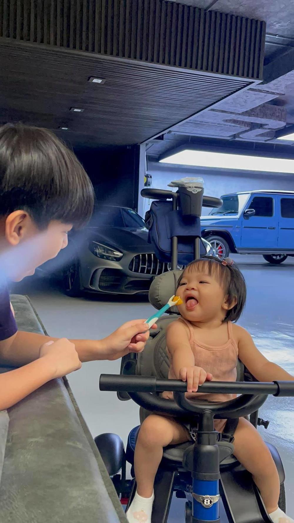 sao Việt cho con tập đi trong mùa dịch