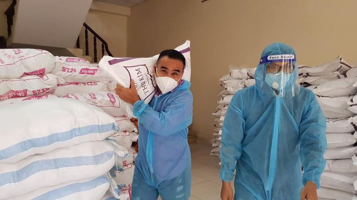 Quyền Linh vác gạo đi từ thiện