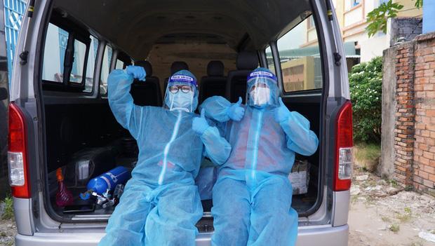 kệ nguy hiểm 2 nữ tình nguyện viên ôm F0 vào viện cấp cứu
