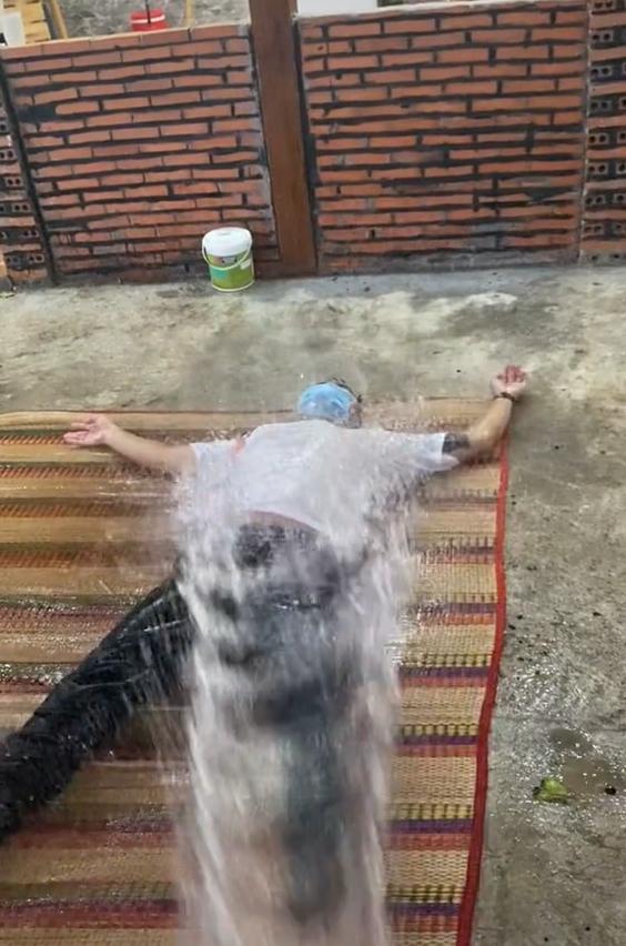 chàng trai mới từ điểm trực chốt về được cả nhà tắm rửa sát khuẩn sạch sẽ