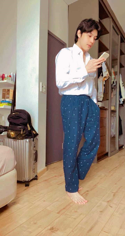 ở nhà mùa dịch, Noo Phước Thịnh lại tiếp tục outfit sơ mi, quần ngủ