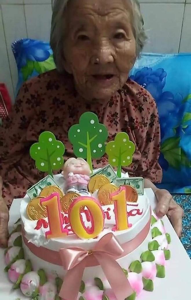 Con rể 71 tuổi làm bánh sinh nhật bằng rau củ cho mẹ 101 tuổi trong khu cách ly