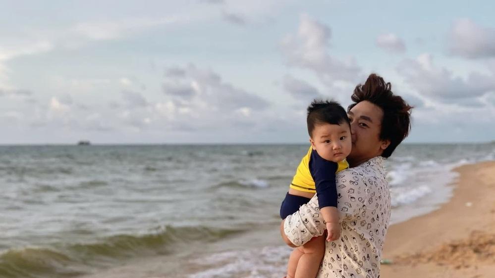 bé Bo đi biển với bố