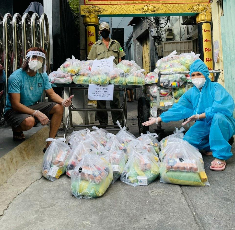 NS Việt Hương đi làm từ thiện