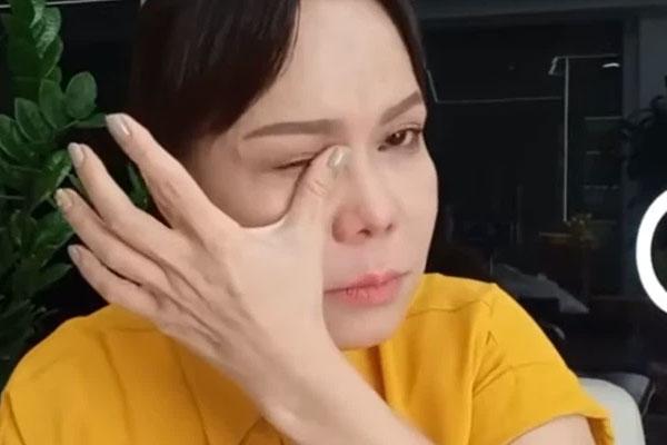 NS Việt Hương bật khóc trên livestream