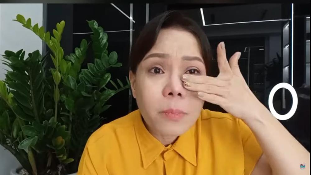 NS Việt Hương bật khóc trên livestream vì cả nhà bị thóa mạ