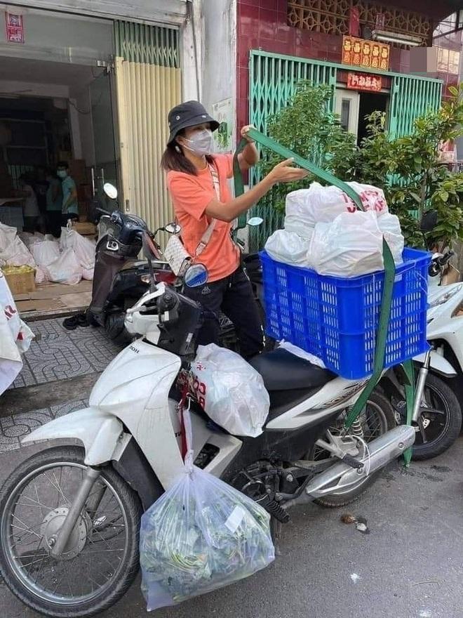 H'Hen Niê tham gia cứu trợ lương thực
