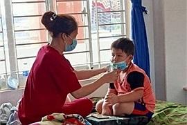 Con trai 4 tuổi cách ly một mình, người mẹ khóc ròng giữa đêm, chấp nhận nguy cơ nhiễm bệnh để được bên con