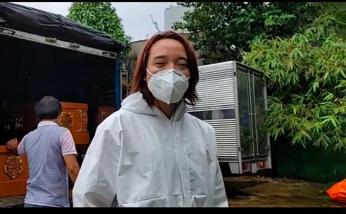 vợ chồng Việt Hương làm đủ việc từ thiện mùa dịch, kể cả khiêng áo quan